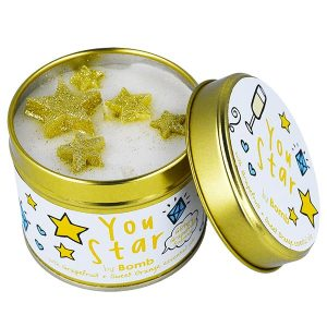 "bougie bomb cosmetics ""you star"" aux huiles essentielles de pamplemousse et d'orange douce"